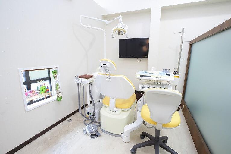 キッズスペースがみえる診療室